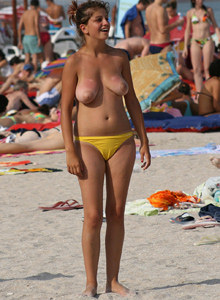 Exciting topless candid beach girls